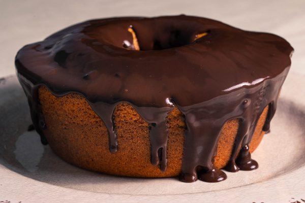 Bolo Tradicional de Cenoura com calda de chocolate